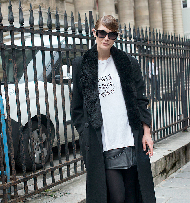 Combinada con falda lápiz y las mangas dobladas, aportan personalidad. Como este conjunto encontrado en www.whowhatwear.com